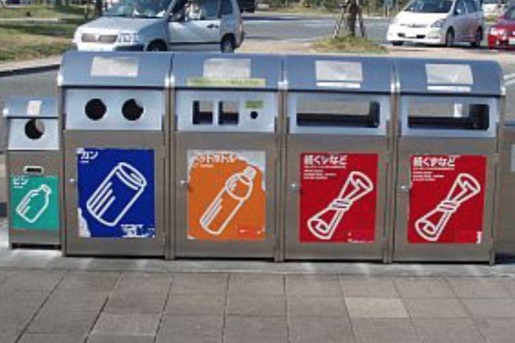 Tempat sampah dengan beragam warna