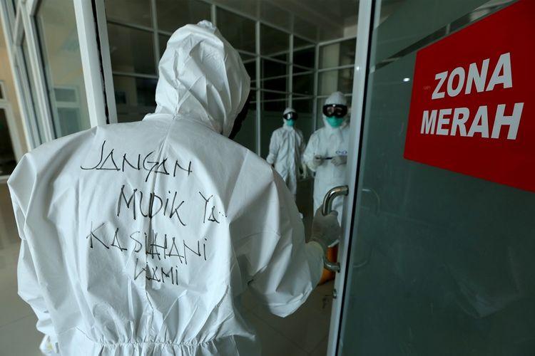 Tenaga medis ruang rawat Pinere Rumah Sakit Umum Daerah (RSUD) Meuraxa memakai kostum Alat Pengaman Diri (APD) COVID-19 yang bertuliskan pesan Jangan Mudik Ya...Kasihani Kami di Banda Aceh, Aceh, Senin (3/5/2021). Pemerintah secara resmi melarang mudik Lebaran 2021 pada 6 Mei 2021 hingga 17 Mei 2021 guna mencegah penularan COVID-19. ANTARA FOTO / Irwansyah Putra.