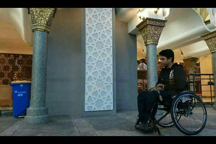 Abraham Ismet, penyandang disabilitas ketika berada di Masjid Raya Sumbar beberapa waktu lalu. Ia dilarang shalat di Masjid Raya Sumbar itu dengan alasan kursi rodanya tidak suci.