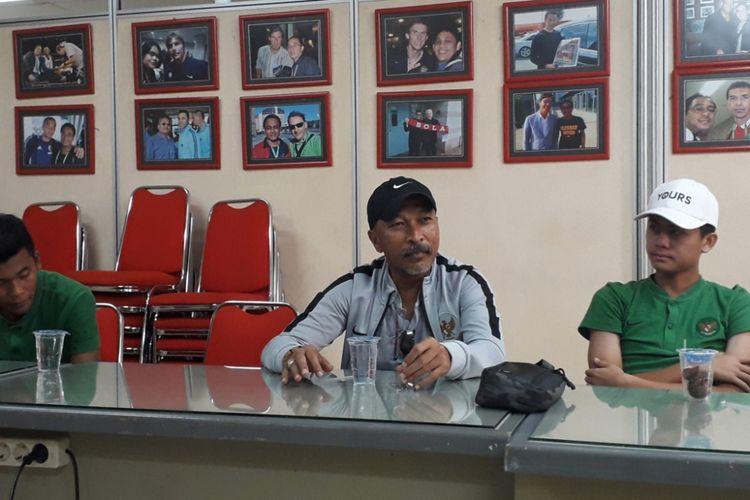 Pelatih Tim Nasional Indonesia U-16 Fakhri Husaini saat berkunjung ke kantor redaksi Tabloid Bola, Palmerah, Jakarta, Kamis (4/10/2018).