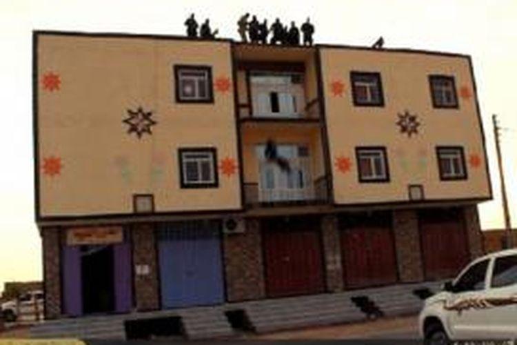 Setelah menyeret pria itu ke atap sebuah bangunan, sekelompok militan ISIS lalu melemparkan orang itu ke tanah setelah dia dinyatakan bersalah oleh pengadilan Islam karena menjadi gay.