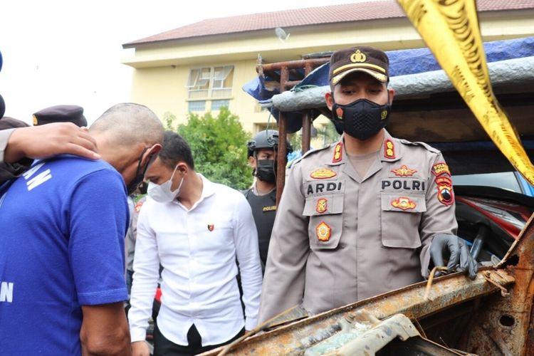 Kapolres Sragen AKBP Yuswanto Ardi menghadirkan pelaku pembakaran mobil Ahmad Nuryanto dalam pers rilis di Mapolres Sragen, Senin (27/9/2021).