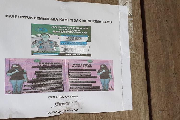 Kepala Desa Pong Ruan, Kecamatan Kota Komba, Manggarai Timur, NTT menempelkan pamflet di rumah warga dengan tulisan larangan bertamu unuk sementara waktu demi mencegah Covid19, Senin, (13/4/2020). (KOMPAS.com/MARKUS MAKUR)