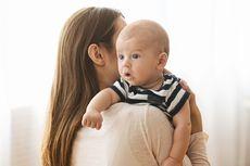 Bayi Terlalu Sering Digendong Jadi 'Bau Tangan'?