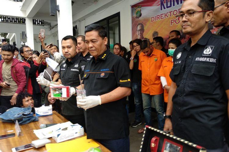 Pihak Direktorat Reserse Narkoba Polda Metro Jaya menunjukkan barang bukti alat narkoba yang menimpa anak pedangdut Elvy Sukaesih, Sabtu (17/2/2018). Dua anak, satu menantu dan pacar anak Elvy ditetapkan tersangka narkoba