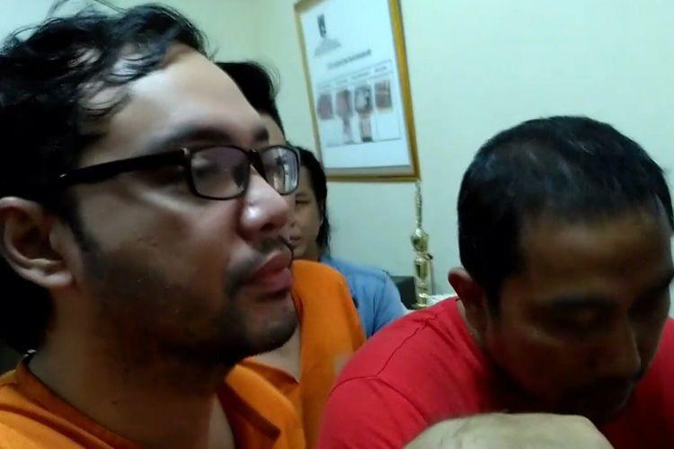 Artis peran Sandy Tumiwa saat rilis pers berkait penangkapan dirinya akibat kasus narkoba di Polsek Menteng, Jakarta Pusat, Sabtu (2/3/2019).