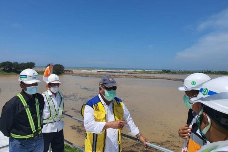 Menteri Pekerjaan Umum dan Perumahan Rakyat (PUPR) Basuki Hadimuljono meninjau pembangunan infrastruktur pengendali banjir untuk melindungi Bandara Yogyakarta Internasional Airport (YIA) di Kabupaten Kulon Progo, Daerah Istimewa Yogyakarta (DIY), Kamis (4/2/2021).