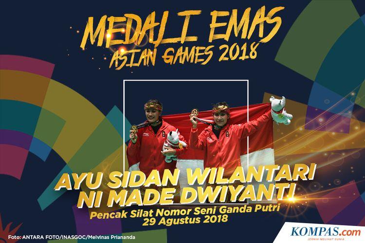 Pasangan pesilat Indonesia peraih medali emas Ayu Sidan Wilantari (kiri) dan Ni Made Dwiyanti (kanan) berpose usai upacara penyerahan medali pencak silat nomor seni ganda putri Asian Games 2018 di Padepokan Pencak Silat Taman Mini Indonesia Indah (TMII), Jakarta, Rabu (29/8/2018)