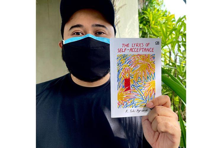 Ledakan Warna dan Pengalaman di Buku  The Lyrics of Acceptance