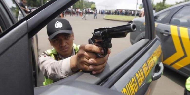 Ilustrasi polisi acungkan senjata