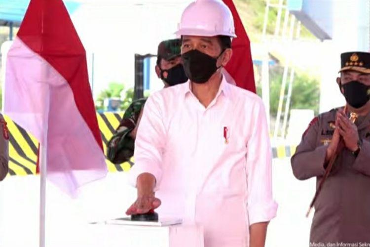 Presiden Joko Widodo menekan sirine sebagai tanda peresmian ruas Tol Balikpapan-Samarinda sesi Balikpapan-Samboja di Gerbang Tol Manggar, Kota Balikpapan, Selasa (24/8/2021).