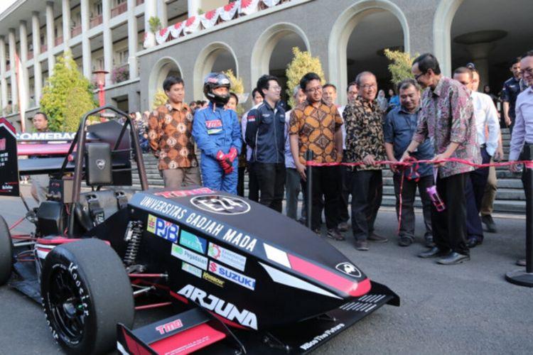 Tim Mobil Listrik Arjuna UGM, yang mendapat empat penghargaan di kompetisi internasional 4th Annual Formula Student Electric Vehicle (FSEV) Concept Challenge 2020 (Foto Dokumentasi Humas UGM)