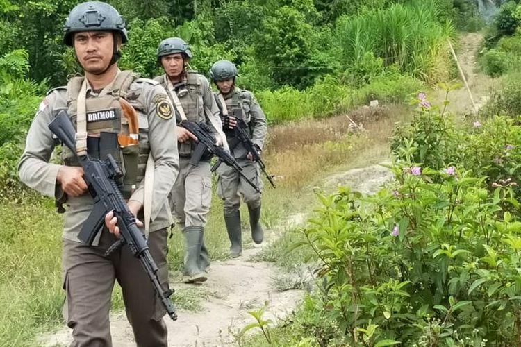 Anggota Satgas Madago Raya berpatroli di Poso, Sulawesi Tengah.