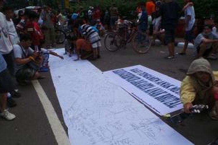 Spanduk berisi tandatangan yang menolak kepemimpinan Gubernur DKI Jakarta Basuki Tjahaja Purnama, membentang, di Hari Bebas Kendaraan Bermotor (HBKB) Jakarta, Minggu (22/3/2015).