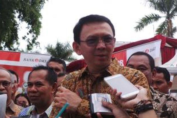 Gubernur DKI Jakarta Basuki Tjahaja Purnama bersama Kepala Dinas KUMKMP DKI Irwandi (kanan Basuki), di kawasan Kota Tua, Jakarta Barat, Jumat (18/12/2015).