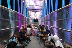 Warga Penggilingan Syukuran di JPO Sumarno yang Baru Dibuka