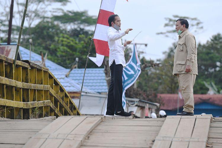 Presiden Joko Widodo (kiri) berbincang dengan Menteri Pertahanan Prabowo Subianto saat meninjau lahan yang akan dijadikan Food Estate atau lumbung pangan baru di Pulang Pisau, Kalimantan Tengah, Kamis (9/7/2020). Pemerintah menyiapkan lumbung pangan nasional untuk mengantisipasi krisis pangan dunia.