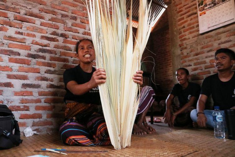 Proses suwir, produksi kerajinan anyaman lontar, di Rumah Anyam DuAnyam Wulublolong, Flores TImur, NTT, Jumat (12/10/2018).