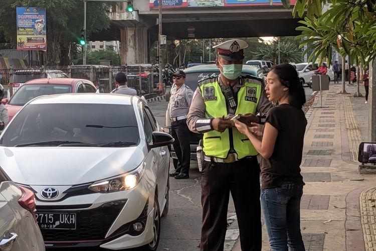 Para pelanggar jalur ganjil genap di Jalan Gunung Sahari, Pademangan, Jakarta Utara yang terkena sanksi tilang, Selasa (10/9/2019)