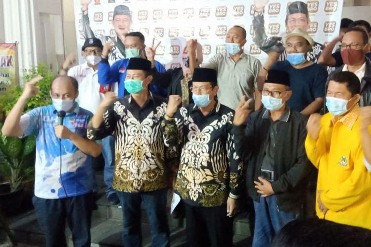 Yuhronur Efendi-KH Abdul Rouf (baju batik) bersama para pendukung dan relawan, saat merilis keunggulan perolehan suara mereka di posko pemenangan, Rabu (9/12/2020) malam.