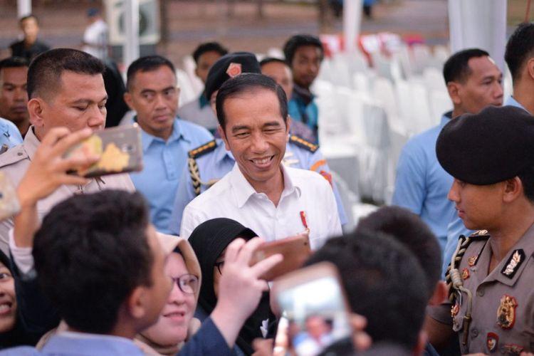 Presiden Republik Indonesia Joko Widodo mengunjungi para mahasiswa terdampak bencana Lombok (18/10/2018) di Bandara Zaenuddin Abdul Majid Lombok, NTB.