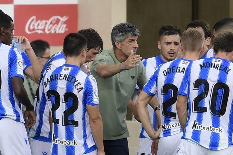 Pelatih Spanyol Real Sociedad Imanol Alguacil berbicara kepada para pemainnya selama pertandingan sepak bola Liga Spanyol Villarreal CF melawan Real Sociedad di stadion La Ceramica di Vila-real pada 13 Juli 2020.