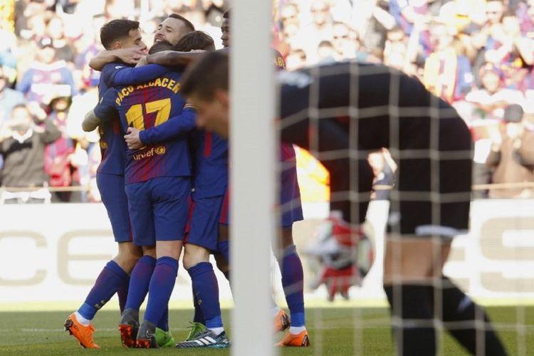 Para pemain Barcelona merayakan gol Paco Alcacer ke gawang Athletic Bilbao pada pertandingan Divisi Primera La Liga di Stadion Camp Nou, Minggu (18/3/2018).
