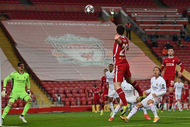 Striker Liverpool Diogo Jota (tengah) melakukan sundulan dalam pertandingan leg kedua perempat final Liga Champions UEFA antara Liverpool vs Real Madrid di Anfield di Liverpool pada 14 April 2021.