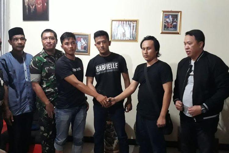 Dua anggota TNI Serda Y dan Pratu R serta Brigadir F, berdamai usai terjadi selisih paham.