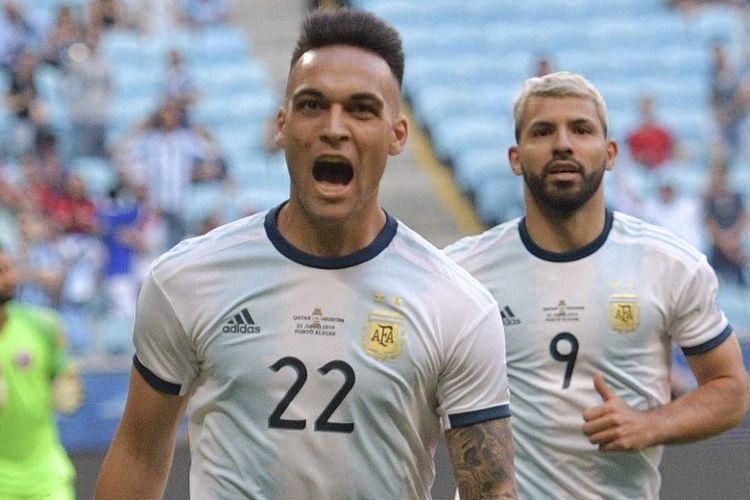 Sergio Aguero merayakan gol Lautaro Martinez (depan) pada laga Qatar vs Argentina dalam lanjutan Copa America 2019 di Gremio Arena, 23 Juni 2019.