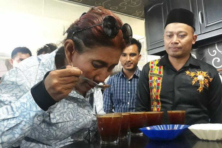 Susi Pudjiastuti saat melakukkan Cupping Test atau uji citarasa Kopi Arabika Gayo di ruang Cupping Test Koperasi Gayo Mandiri, Bener Meriah, Aceh.