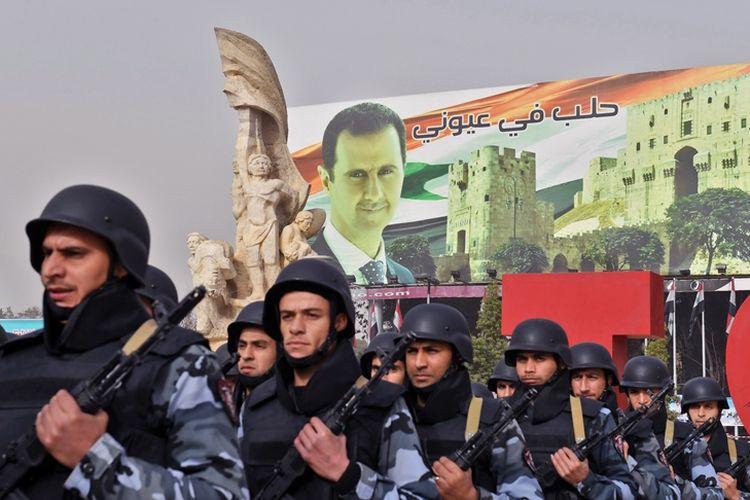 Tentara Suriah berbaris di alun-alun Saadallah al-Jabiri saat peringatan satu tahun direbutnya Aleppo, 21 Desember 2017.