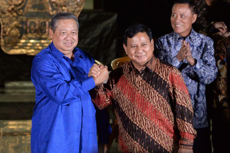 Ketua Umum Partai Demokrat Susilo Bambang Yudhoyono (kiri) melakukan salam komando dengan Ketua Umum Partai Gerindra Prabowo Subianto (kanan) seusai mengadakan pertemuan tertutup di Puri Cikeas, Bogor, Jawa Barat, Kamis (27/7/2017). Pertemuan kedua petinggi partai tersebut di antaranya menyikapi disahkannya UU Pemilu pada Sidang Paripurna DPR pekan lalu, dimana empat fraksi yakni Fraksi Partai Demokrat, Gerindra, PAN, dan PKS menolak penggunaan Presidential Treshold dalam pelaksanaan Pemilu Serentak 2019.