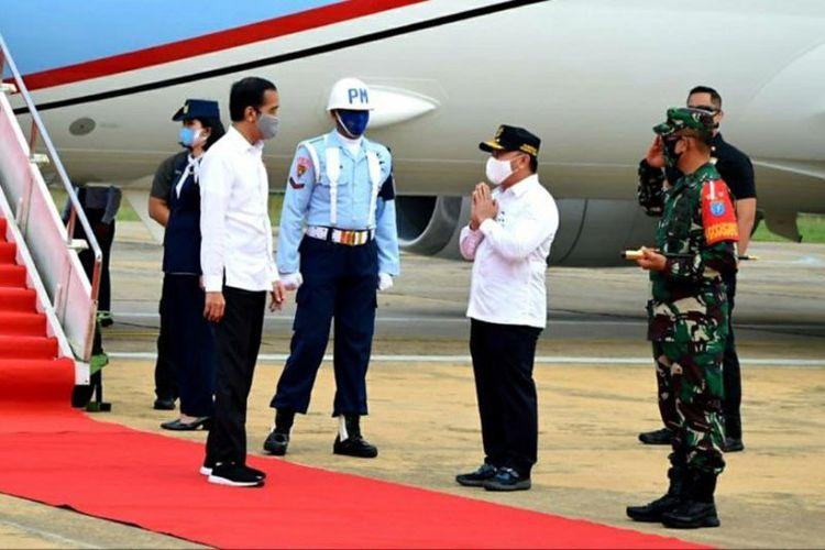 Presiden Jokowi tiba di Bandara Tjilik Riwut Palangka Raya dan disambut Gubernur Kalimantan Tengah Sugianto Sabran, Kamis, (9/7/2020).
