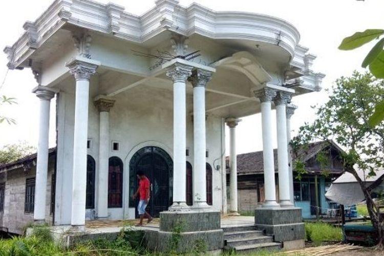 Rumah Abunawas di kawasan Handil Bakti, Alalak Berangas, Barito Kuala, Kalimantan Selatan. Mewah dari depan, mengejutkan dari samping.