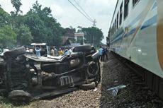 Mobil Tertabrak Kereta di Pelintasan Tanpa Palang Pintu di Malang