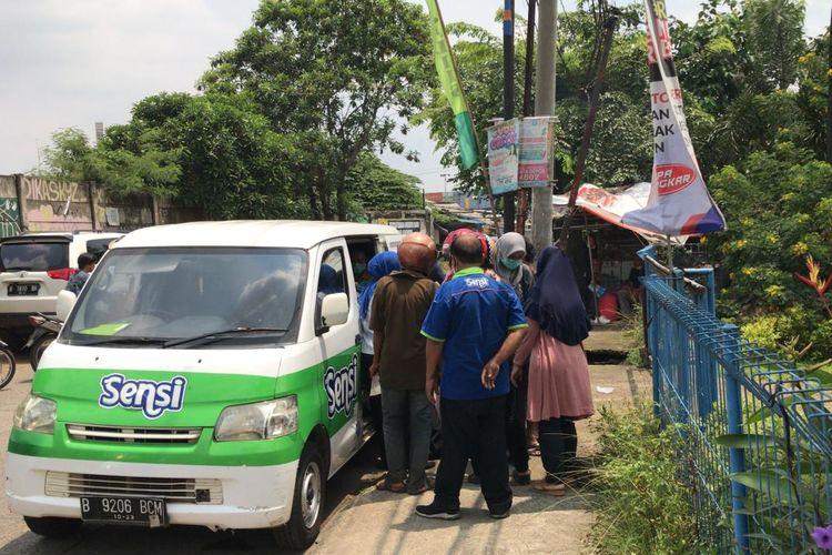 Sensi selaku produsen masker menjual produk mereka dengan berkeliling di Kota Depok, Jawa Barat. Pantauan Kompas.com, ada dua unit mobil yang beroperasi untuk menjual masker Sensi, yakni di wilayah Cilodong dan Jatijajar, Selasa (3/3/2020).
