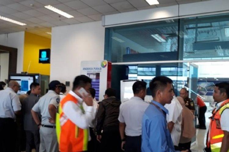 Suasana Angkasa Pura mengumpulkan Keluarga penumpang Lion Air di Bandara Depati Amir Pangkalpinang, Bangka Belitung, Senin (29/10/2018).
