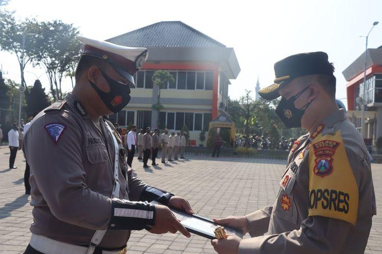 Bripka Nuki Seputro (kiri) saat menerima penghargaan dari Kapolres Gresik, AKBP Arief Fitrianto, Senin (2/8/2021).