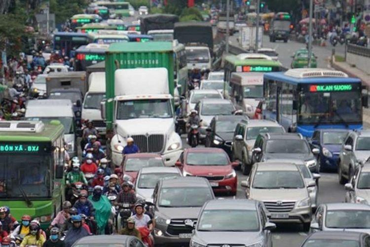 Jalanan sebuah kota di Vietnam didominasi kendaraan impor.