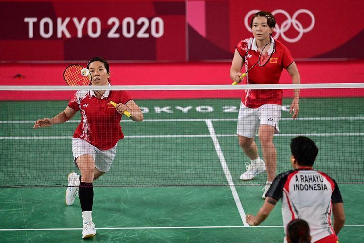 Pebulu tangkis China Jia Yifan (kiri) melakukan pukulan di sebelah pemain China, Chen Qingchen, dalam pertandingan final bulu tangkis ganda putri melawan Greysia Polii dan Apriyani Rahayu dari Indonesia pada Olimpiade Tokyo 2020 di Musashino Forest Sports Plaza di Tokyo pada 2 Agustus 2021.
