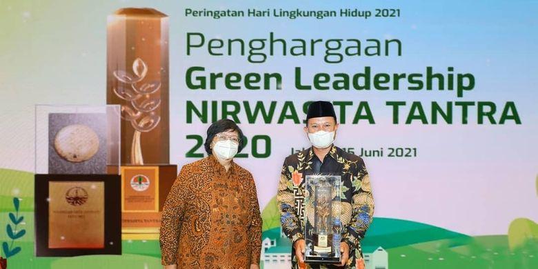 Wali Kota Madiun Maidi menerima penghargaan Green Leadership ??Nirwasita Tantra 2020?? dari Kementerian Lingkungan Hidup dan Kehutanan di Jakarta, Selasa (15/6/2021). Kota Pendekar meraih penghargaan lantaran berhasil merumuskan dan menerapkan kebijakan dan program kerja, sesuai dengan prinsip pembangunan berkelanjutan menuju green economy.
