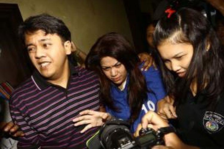 Vanny Rossyane (tengah), mantan kekasih bandar narkoba yang divonis mati Freddy Budiman, digiring saat akan menggelar konferensi pers di Gedung Direktorat IV Narkoba, Cawang, Jakarta Timur, Selasa (17/9/2013). Vanny ditangkap polisi di salah satu hotel di Jakarta Barat, dengan barang bukti berupa 2 paket sabu, alat hisap, dan 2 handphone.