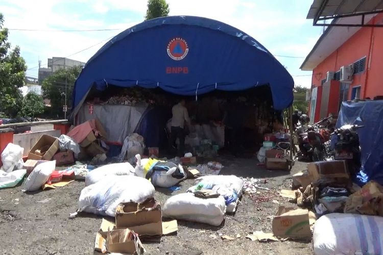 Kondisi bantuan warga di kantor BPBD Parepare yang tak kunjung disalurkan dan mulai rusak.