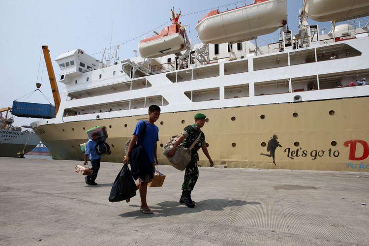 Pemudik melintas di samping Kapal Dorolonda yang sandar di Pelabuh Tanjung Priok, Jakarta, Sabu (09/06/2018).  Kementerian Perhubungan (Kemenhub) menyediakan fasilitas mudik gratis untuk kapal laut beroperasi pada 9-13 Juni 2018 dengan daya tampung 30.400 penumpang dan 15.200 unit motor.