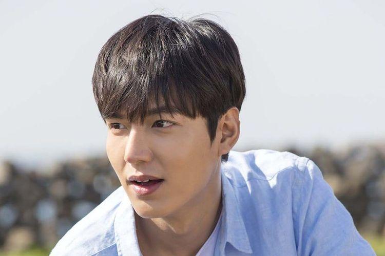 Aktor Lee Min Ho bersama penggemarnya baru saja mendonasikan 300 kilogram kimchi untuk membantu anak-anak di wilayah Jina, Korea Selatan.