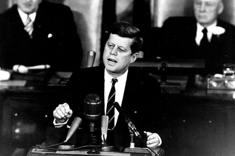 Presiden ke-35 Amerika Serikat, John F Kennedy berpidato di hadapan Kongres pada Mei 1961 saat mengajukan rencana misi pendaratan ke Bulan.