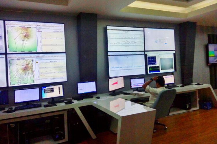 Petugas BPPTKG Yogyakarta saat mengamati aktivitas Gunung Merapi dari ruang monitor di kantor BPPTKG Yogyakarta Senin (14/01/2019