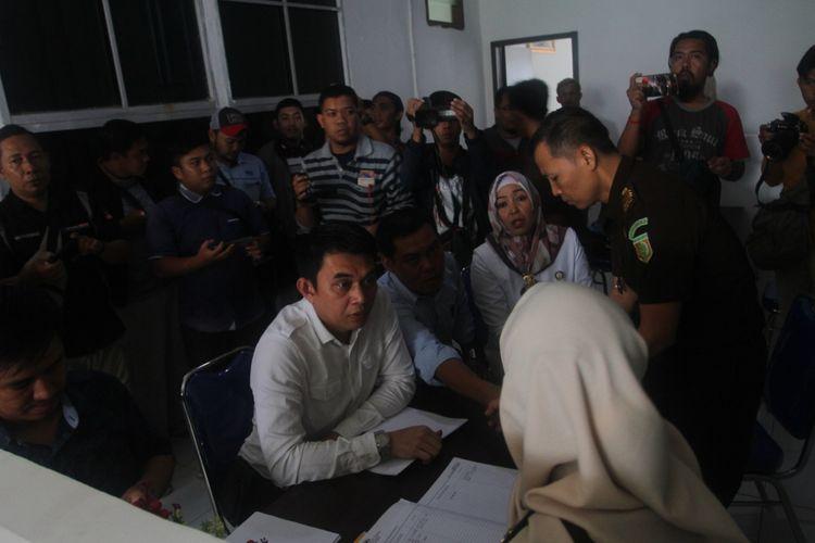 Penyidik Gakkumdu menyerahkan berkas lima komisioner KPU Palembang kepada pihak Kejaksaan, setelah sebelumnya ditetapkan sebagai tersangka atas dugaan tindak pidana pemilu, Rabu (19/6/2019).