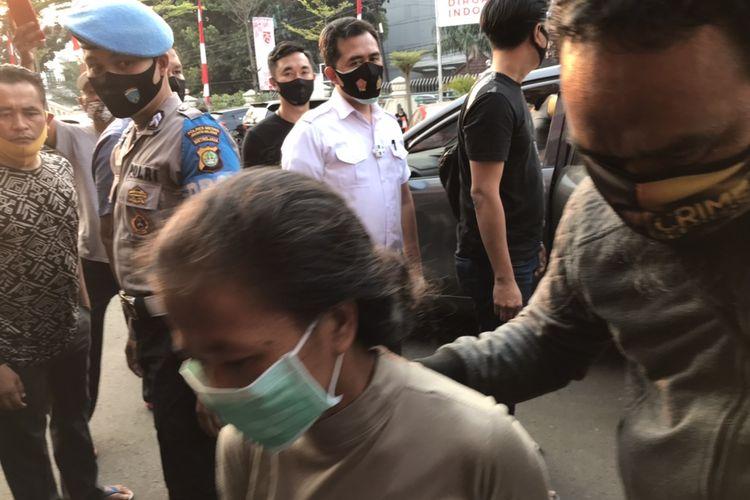 Ibu P saat tiba di Polres Jakarta Selatan terkait kasus dugaan penculikan bocah berumur tiga tahun berinisial PR.